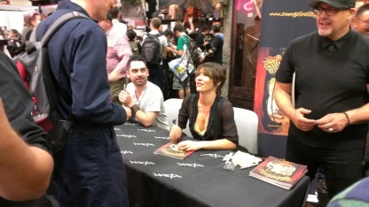 comic-con-2013-evangeline-lilly-signing-squickerwonkers (11)