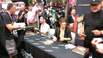 comic-con-2013-evangeline-lilly-signing-squickerwonkers (13)