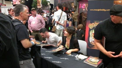 comic-con-2013-evangeline-lilly-signing-squickerwonkers (8)