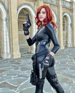 A Black Widow cosplayer with her hand guns